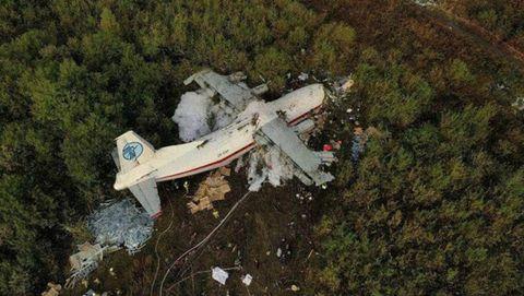 ROCE CON ÁRBOLES. El aparato desapareció del radar a 13,7 kilómetros de la pista. La carga se desplazó causando la muerte a cinco ocupantes