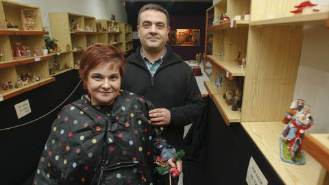 El belenista Chano Ávila y la coleccionista Antía López son los artífices de la exposición que se puede ver en el 153 de la calle Magdalena