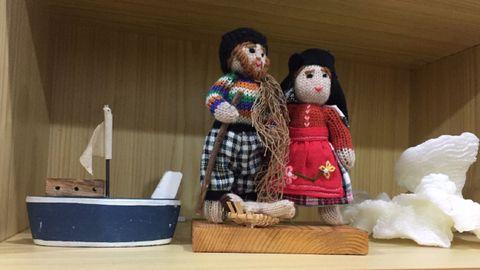 En la imagen, un nacimiento tricotado y con barquito de madera hecho en Portugal