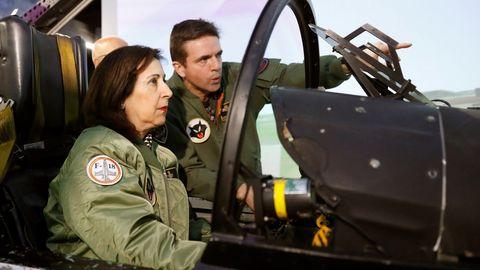 La ministra Margarita Robles, durante su visita a la  Base Aérea de Torrejón de Ardoz para conocer las características y funcionamiento del simulador C15, del Ala12, una de las unidades principales del Mando Aéreo de Combate (MACOM) del Ejército del Aire