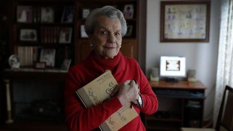 Cuando enviudó, Carmen siguió en su casa. Tiene 89 años y es una experta en juegos de memoria.