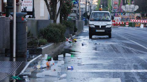 Imágenes de la limpieza de los restos de la celebración en el centro de Vigo