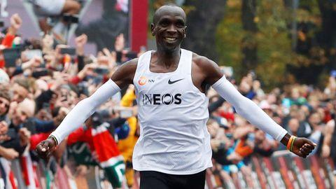 Ya corrió en el show de Viena por debajo de las dos horas en el maratón. En verano optará en Japón a su cuarta medalla olímpica porque fue bronce en Atenas, plata en Pekín (ambas en 5.000) y oro en Río (ya sobre 42 kms.).