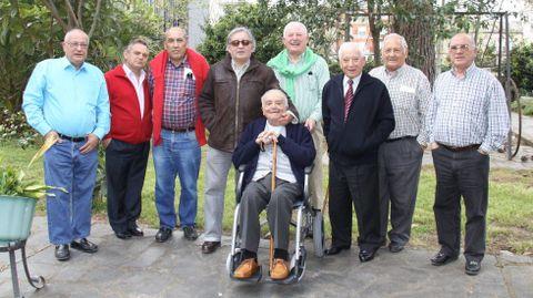 Hervella, segundo por la derecha, era el anfitrión de una comida de amigos en O Barco