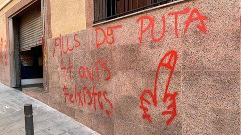Pintadas amenazantes en la fachada del centro gallego Saudade