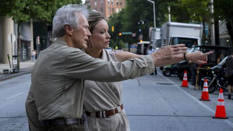 Clint Eastwood da unas indicaciones durante el rodaje a la actriz Olivia Wilde, que encarna a la periodista Kathy Scruggs en el filme «Richard Jewell»