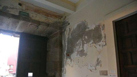 Más humedad en una pared, al lado de la puerta de entrada del Consulado