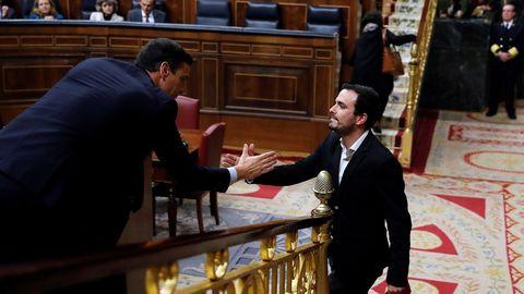 El saludo de Sánchez y Garzón