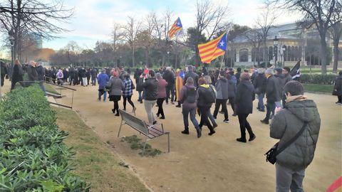 Varias decenas de manifestantes saltaron la valla del parque de la Ciudadela para manifestarse frente al Parlamento de Cataluña en apoyo a Torra