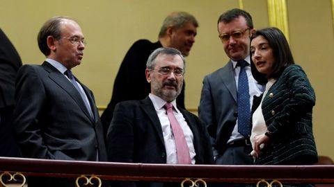 La presidenta del Senado, Pilar Llop, conversa con Pío García Escudero y Manuel Cruz en una desangelada tribuna de invitados.
