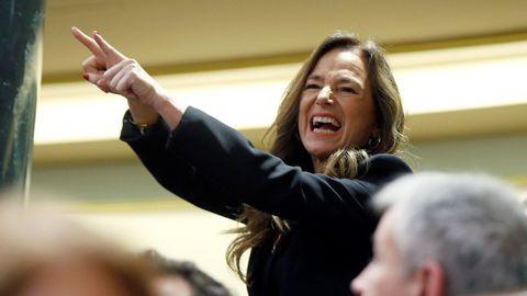 Teresa Jiménez Becerril señala hacia los escaños de EH Bildu después de que Pedro Sánchez aludiese al fin de ETA.