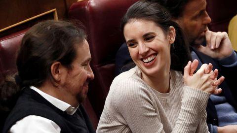 Pablo Iglesias e Irene Montero, en el Congreso de los Diputados, durante la sesión de investidura de Pedro Sánchez como presidente del Gobierno