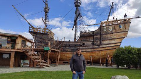Juan frente a la réplica a escala real del navío Victoria que él mismo construyó con sus manos