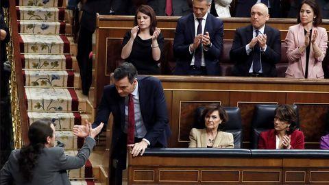 Saludo entre Pablo Iglesias y Pedro Sánchez