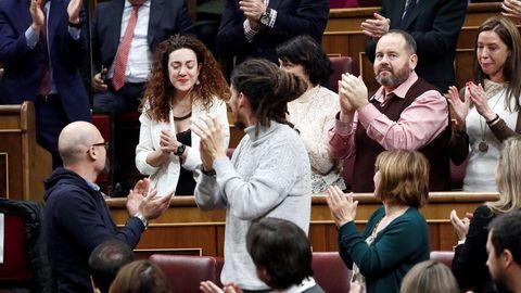 Los diputados de Unidas Podemos aplauden a su compañera Aina Vidal. La diputada de En Comú Podem tuvo que ausentarse el domingo por la enfermedad que padece