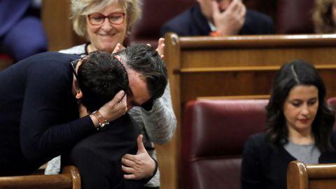 Rufián abraza emocionado a Monserrat Bassa