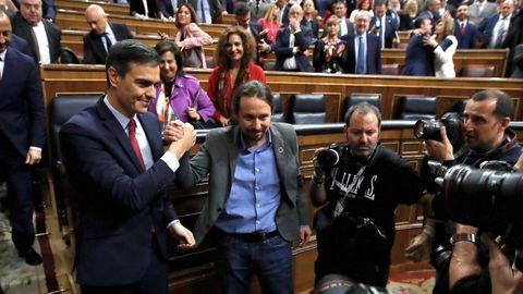 Saludo entre Pedro Sánchez y Pablo Iglesias tras la votación de investidura