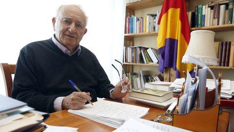 No despacho da súa casa non hai ordenador: aquí mandan o bolígrafo e o papel