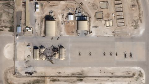 Imagen de satélite del impacto de los cohetes iraníes en varios búnqueres de la base Al Asad en Irak