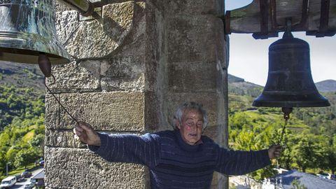 Manuel Álvarez tocando as campás da igrexa de Vilamor nunha imaxe tomada no 2013
