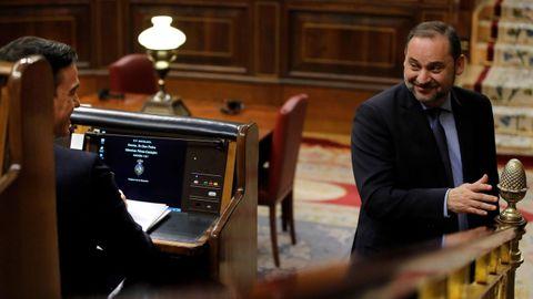 José Luis Ábalos revalida la confianza de Pedro Sánchez como ministro de Transporte, Movilidad y Agenda Urbana en recompensa a la negociación que asumió en primera persona para recabar apoyos a la investidura y que le han permitido de nuevo exhibir sus habilidades políticas, que en el PSOE le han valido el apelativo de «fontanero». Ábalos compartirá la cartera, que ya no se llamará Fomento, con la secretaría de Organización del PSOE, igual que hizo en los últimos 18 meses