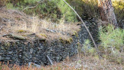 En en entorno del Pozo Morto hay restos de muros y numerosas piedras que pueden pertenecer a aterrazamientos del terreno y a antiguas construcciones