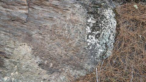En las paredes de roca se aprecian las marcas que dejaron los picos con los que se abrió el canal minero