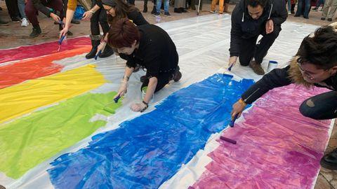 Los colectivos Disex Asturies, Bujarra, Kaleide y Xega, pintan en La Escandalera una bandera LGTB del mismo tamaño que la bandera de España colocada por el gobierno