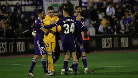 Lunin es felicitado por sus compañeros tras la victoria en penaltis ante el Marbella