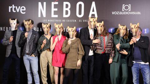 Algunos de los protagonistas con la máscara que representa al Urco, una figura entre mitológica y real, al que muchos en la isla culparán del crimen