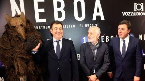 Lois Blanco, director general de la Corporación Voz de Galicia,  Román Rodríguez y Valentín González Formoso miran al Urco, uno de los protagonistas de la serie