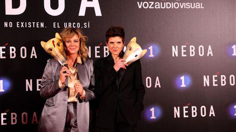 Las dos protagonistas, Emma Suárez e Isabel Naveira, Mónica y Carmela, posan con máscaras del Urco. Ellas investigarán el caso
