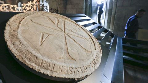 El Crismón de Quiroga —en su ubicación actual en la imagen— es un disco de mármol de O Incio labrado con un anagrama que representa el nombre de Cristo y un inscripción en latín grabada en su borde