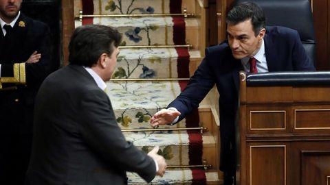 El diputado de Teruel Existe, Tomás Guitarte, saluda al presidente del Gobierno durante el pleno de investidura