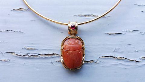 Un colgante con un escarabajo egipcio de 3.500 años montado en oro y rubí.