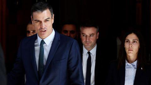 Pedro Sánchez, seguido por Iván Redondo, saliendo del Congreso