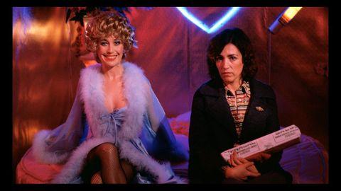 Las actrices Verónica Forqué y Carmen Maura, en una escena de la película de Almodóvar «¿Qué he hecho yo para merecer esto?», rodada en 1984