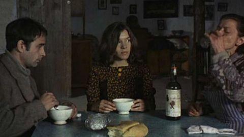 Ovidi Montllor, Alicia Sánchez y Lola Gaos, en una  escena del filme de José Luis Borau «Furtivos» (1975)