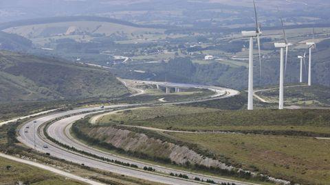 Foto de archivo de la autovía A-8 y los aerogeneradores del Alto do Fiouco
