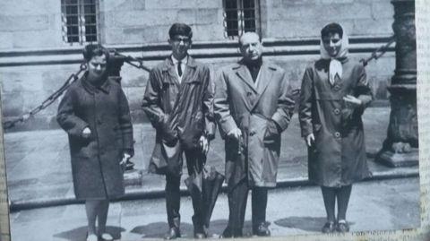Carballo Calero organizou numerosas viaxes culturais para os alumnos do Colexio Fingoi. Aquí, en Compostela.