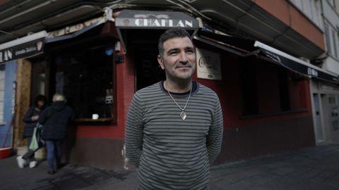 Rafale Varela, propietario del Chaflán, en la plaza de Monforte, al lado de Mariscal Pardo de Cela
