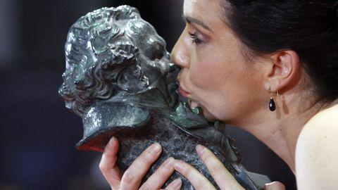 Laia Marull besando el Goya en la gala del 2011