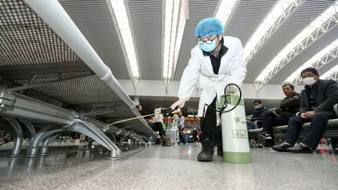 Un trabajador desinfecta una estación de ferrocarril en la ciudad de Nanchang, provincia de Jiangxi, China
