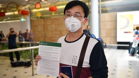 kevin Ouyang, quien llegó de Wuhan, habla a los medios de comunicación al llegar al aeropuerto internacional de Sydney