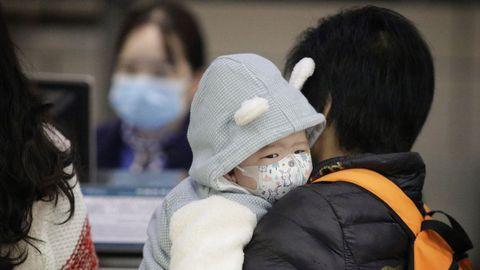 Un niño usa una máscara en el aeropuerto de Guangzhou en Guangzhou, provincia de Guangdong, China