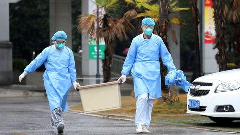 El personal médico lleva una caja mientras caminan en el hospital Jinyintan, donde los pacientes con neumonía causada por la nueva cepa de coronavirus están siendo tratados, en Wuhan