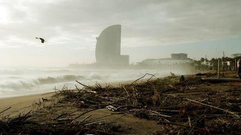 Así quedó la famosa playa de la Barceloneta, en pleno centro de la Ciudad Condal.