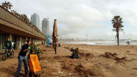 El frente marítimo de Barcelona ha sido uno de los más visiblemente afectados por el temporal.