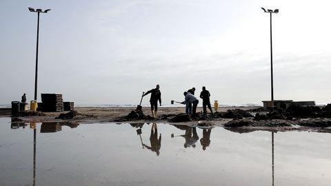 Varios operarios trabajan en la Playa de las Arenas, en Valencia
