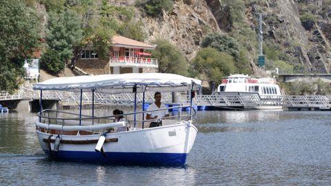 Catamaranes frente al club náutico en el que tienen su base las rutas por el cañón del Sil